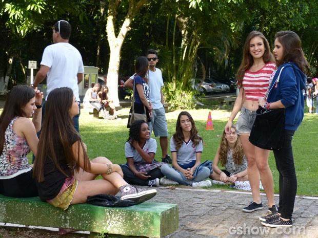 E elas planejam sabotar a apresentação deles! (Foto: Malhação/ TV Globo)