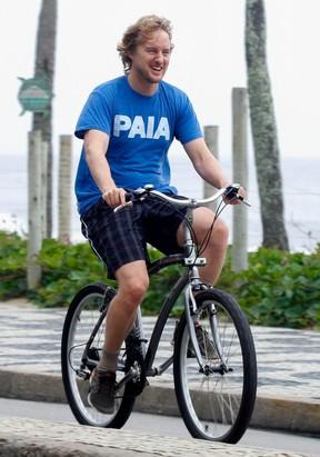 Owen Wilson anda de bicicleta na orla do RJ (Foto: Andre Freitas e Gabriel Reis  / AgNews)