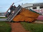 Caminhão carregado de tomate tomba em rotatória de bairro em Itapeva, SP