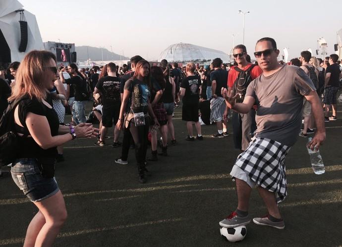 O publicitário teve uma idéia original: levar uma bola de futebol para o Rock in Rio (Foto: Gshow)
