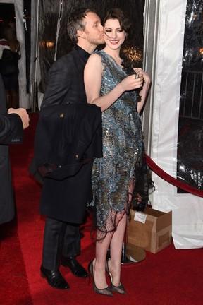 Anne Hathaway ganha beijo do marido, Adam Shulman, em pré-estreia de filme em Nova York, nos Estados Unidos (Foto: Andrew H. Walker/ Getty Images/ AFP)