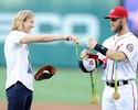 """Jogador de beisebol vira """"cabide de medalhas"""" em homenagem a Ledecky"""
