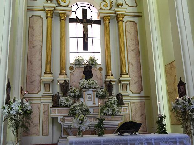 O altar da igreja ganhou vários arranjos feitos com lírios  (Foto: Malhação / TV Globo)