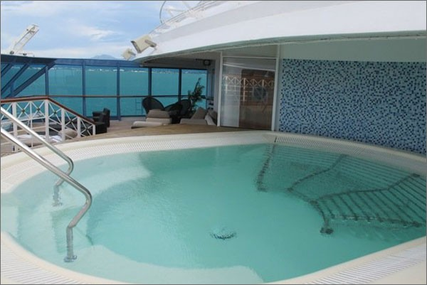 Piscina do navio: regras de conduta não permitem casais transarem na piscina (Foto: Divulgação/ Casal First Tour)