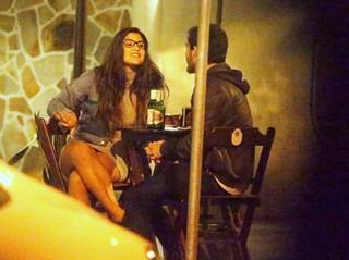 Giulia Costa em barzinho no Rio (Foto: AGnews )