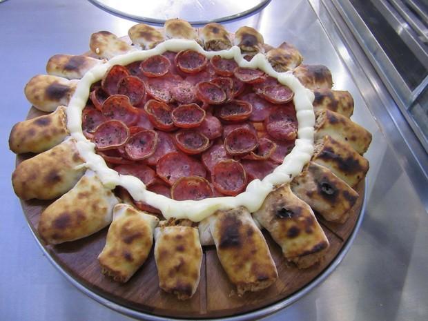 Pizza com borda feita de pãezinhos recheados de queijo e presunto (Foto: Marta Cavallini/G1)