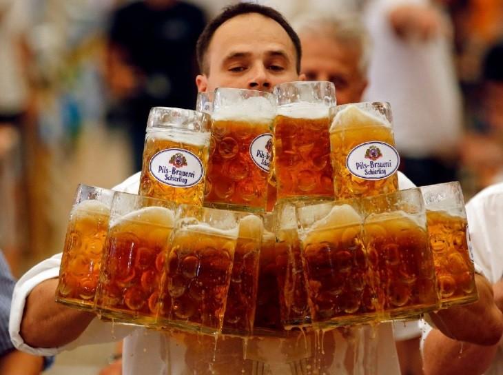 * Tome gelada: Cerveja deixa homens melhores na cama, diz estudo.
