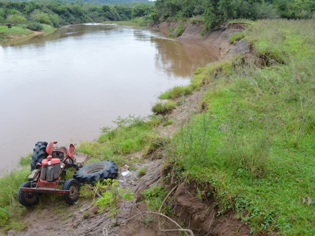 Corpo de agricultor foi localizado a 100 metros de trator às margens do Rio Tigre em Jaguari (Foto: Polícia Civil/Divulgação)
