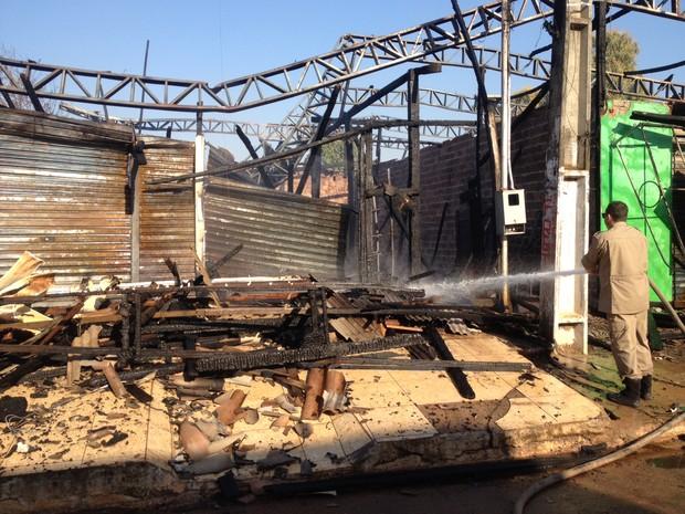 Incêndio destruiu duas lojas e uma casa na mnhã desta sexta (5), em Porto Velho (Foto: Hosana Morais/G1)