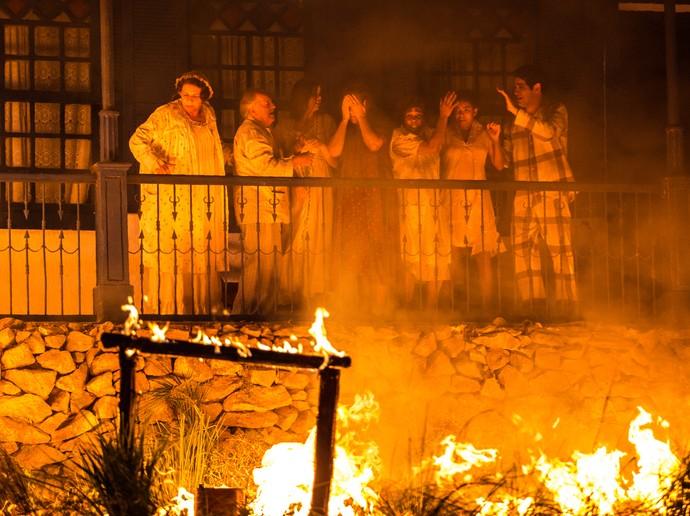 Família se desespera com fogo na fazenda (Foto: Fabiano Battaglin/Gshow)