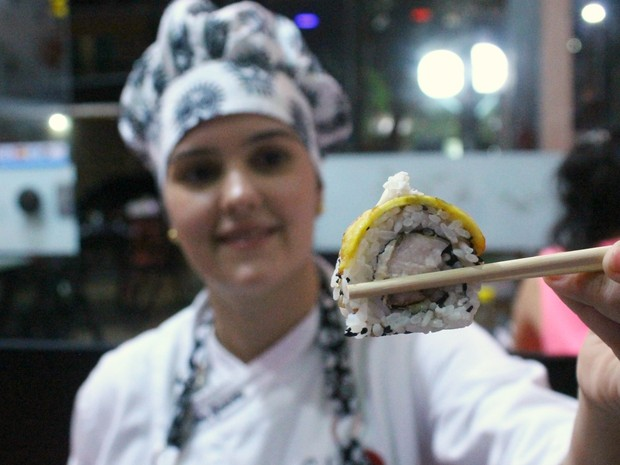Chef Ana Cristina Galotta fez sushi especial com ingredientes amazônicos (Foto: Leandro Tapajós/G1 AM)