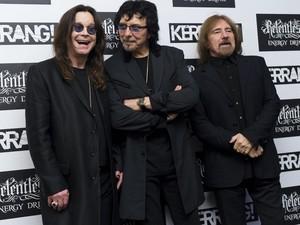 Ozzy Osbourne, Tony Iommi and Geezer Butler (membros do Black Sabbath) posam no tapete vermelho do Kerrang Awards 2012, em Londres, nesta quinta-feira (7) (Foto: AP/Jonathan Short)
