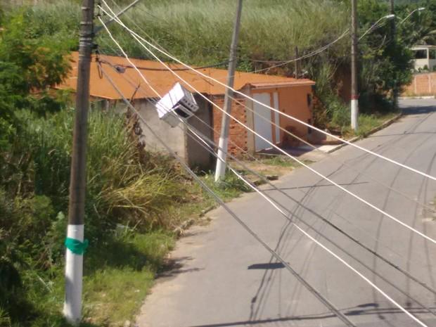 Fogão fica pendurado em rede de fiação elétrica em Barra Mansa, RJ (Foto: Beatriz Ferreira/Arquivo Pessoal)
