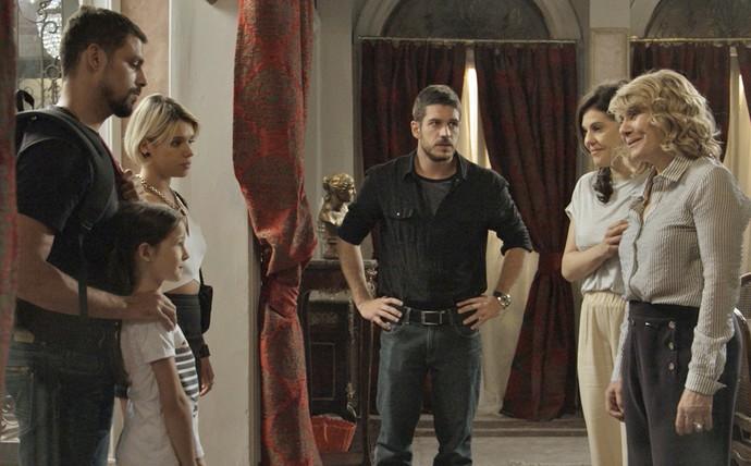Belisa e Dante chegam à mansão dos Stewart com Juliano e Aninha (Foto: TV Globo)