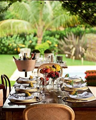 É importante que a decoração da festa siga o estilo da casa. Um almoço na varanda de uma casa de campo, por exemplo, combina com acessórios mais rústicos, como flores simples e frutas. Casa do chef Arthur Sauer (Foto: Ricardo Côrrea/Casa e Comida)