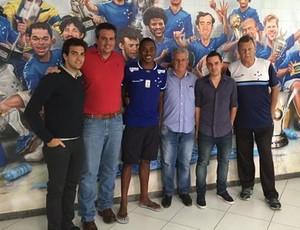 Dirigentes do Cruzeiro apresentam atacante Victor Santiago, que foi artilheiro da Copa São Paulo 2015 (Foto: Reprodução/Twitter)