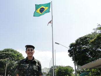 Em frente a Bandeira Nacional, em quartel do Exército, em Belo Horizonte. (Foto: Cristina Moreno de Castro / G1)