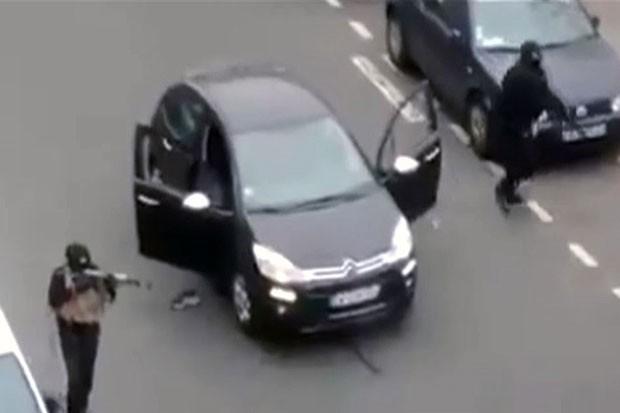 As imagens, gravadas de um prédio próximo à revista, mostram os atiradores ainda disparando as armas na rua antes de entrar em um carro preto e fugir (Foto: BBC)