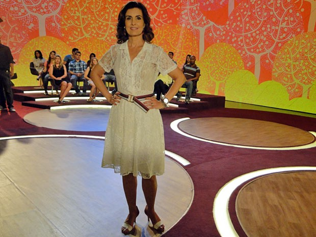Fátima usou um vestido de renda branco soltinho (Foto: Encontro com Fátima Bernardes/TV Globo)
