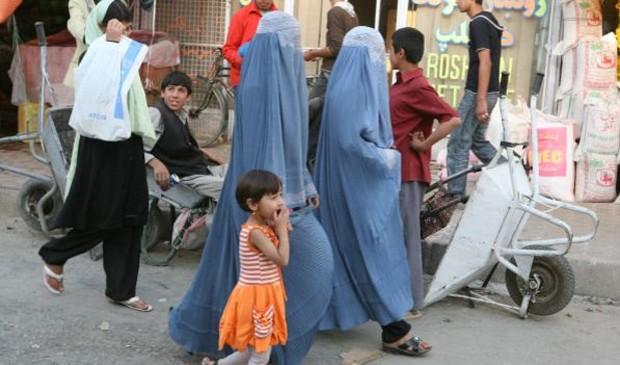 A burca ainda é um traje normalmente usado por mulheres afegãs nas ruas, mesmo depois do fim do regime Talebã  (Foto: BBC)