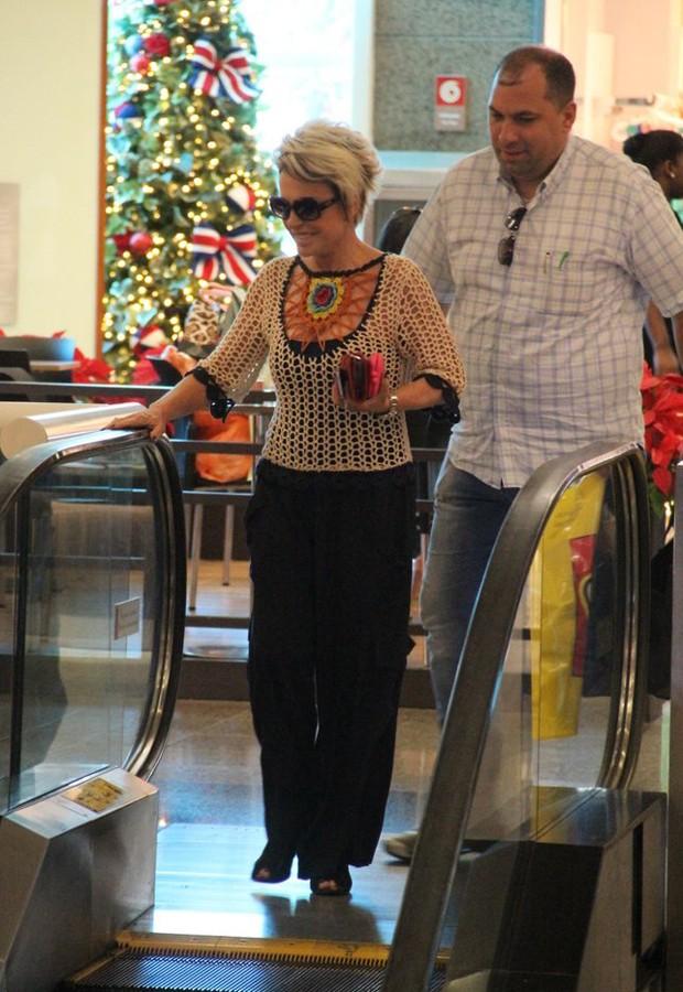 Ana Maria Braga e seu segurança (Foto: Marcus Pavão/AgNews)