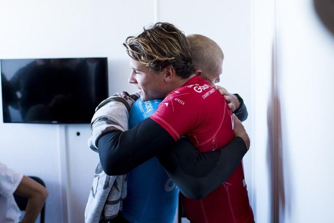 Aliviados, Mick Fanning e Julian Wilson se abraçam após susto com ataque de tubarão em Jeffreys Bay (Foto: WSL / Cestari)