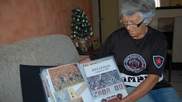 Dona Maria José exibe as matérias que recortou dos jornais para guardar (Foto: Lucas Barros / Globoesporte.com/pb)