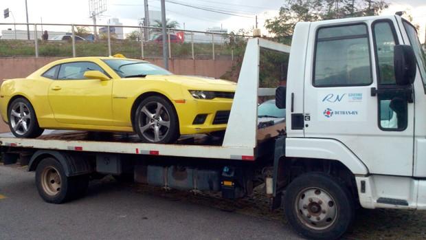 Camaro de cor amarela foi um dos carros recolhidos ao pátio do Detran (Foto: Tenente da PM Styvenson Valentim/G1)