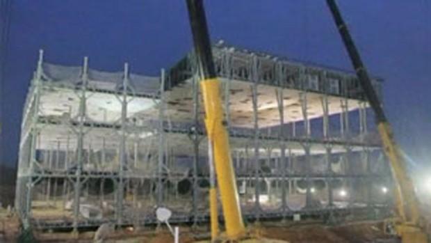 Módulos de15 metros foram montados por gigantes máquinas sobre colunas metálicas (Foto: BBC Brasil )