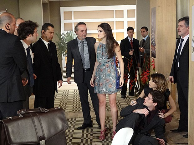 Cida fica constrangida com a briga entre os dois (Foto: Cheias de Charme / TV Globo)