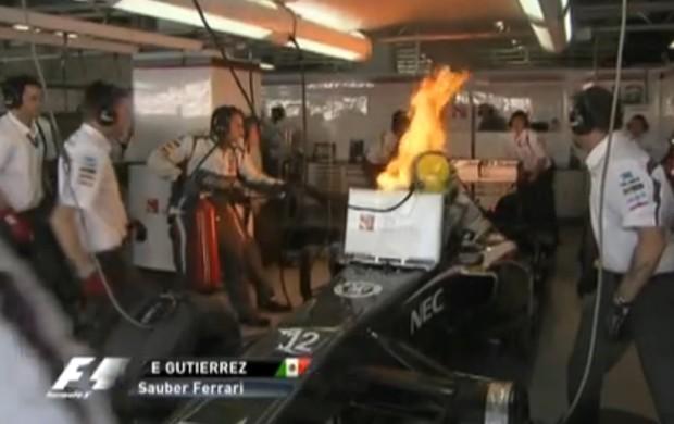 Fogo na Sauber de Gutiérrez, no GP do Japão de 2013 (Foto: Reprodução/TV Globo)