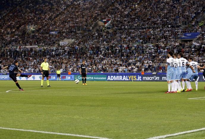 Hernanes gol de falta pé esquerdo Inter de Milão x Lazio (Foto: Reuters)