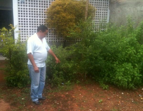 Motorista do Ministério da Defesa, José Evandro Belarmino de Farias mostra lugar onde pacote com R$ 12 mil foi encontrado (Foto: Raquel Morais/G1)