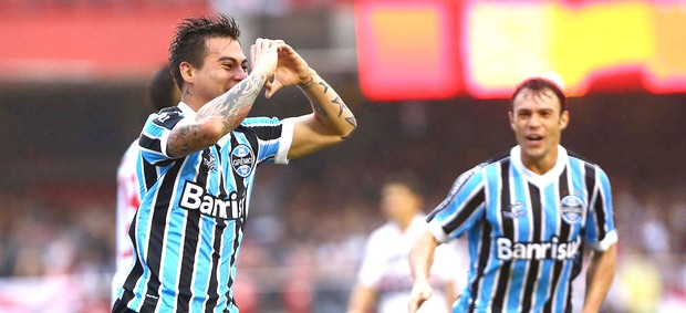 Vargas gol Grêmio contra São Paulo (Foto: Roberto Vazquez / Futura Press)