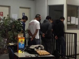 Grupo suspeito de agredir torcedores ingleses está detido em delegacia no Centro de São Paulo (Foto: Letícia Macedo/G1)
