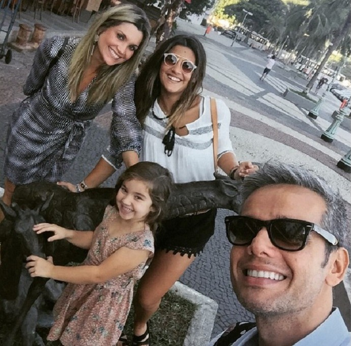 Família reunida! Flávia, Otaviano, Giulia e Olivia posam para foto (Foto: Arquivo Pessoal)