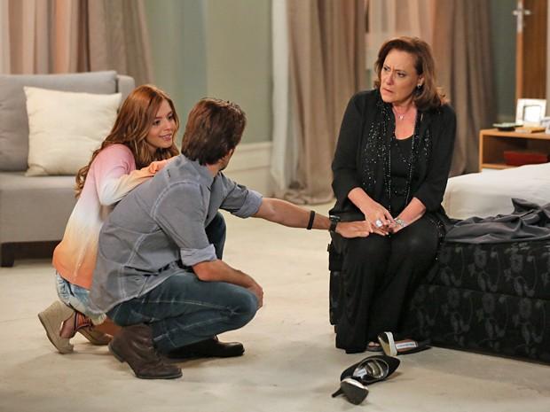 A ruiva mente na frente de Nicolas e diz que Tina a convidou para fazer compras (Foto: Isabella Pinheiro / Gshow)