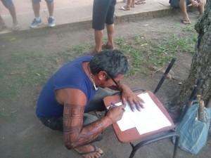 Professor assina o contrato com prefeitura (Foto: Ediclei Munduruku/Arquivo Pessoal)