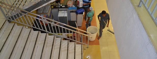Baldes foram usados para retirar a água que ficou no shopping após a tubulação hidráulica estourar (Foto: Walter Paparazzo/G1)