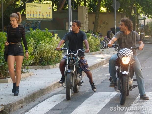 Anita sendo abordada pelos dois motoqueiros  (Foto: Malhação / TV Globo)