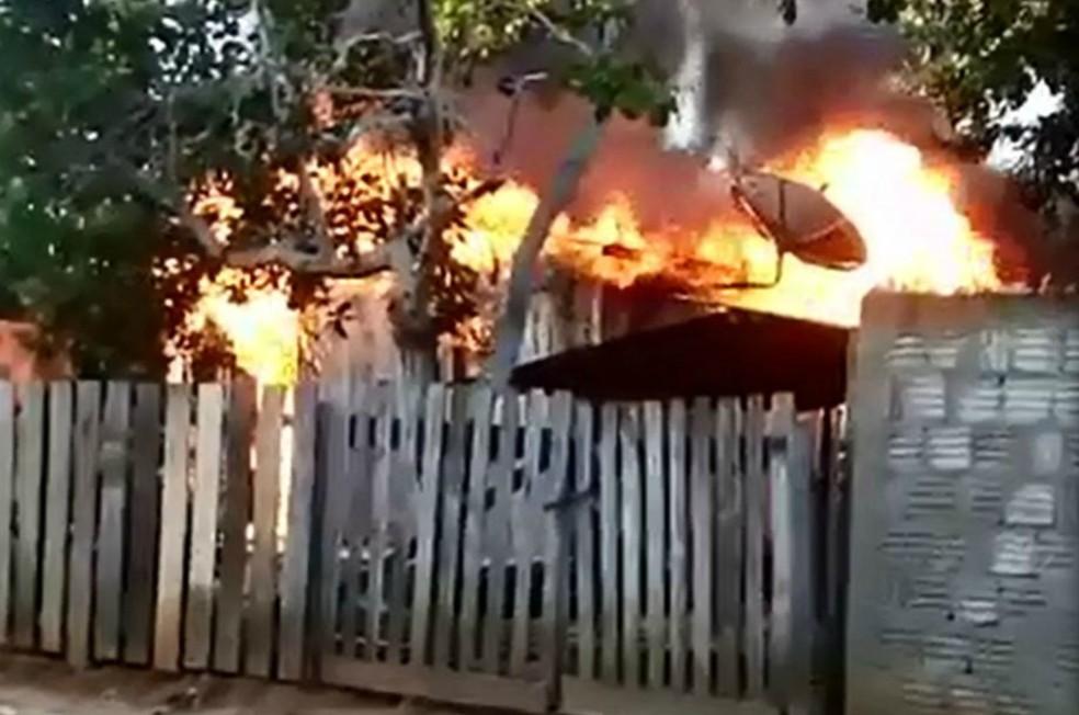 Incêndio destruiu casa na tarde desta quinta-feira (25) em Senador Guiomard (Foto: Arquivo pessoal)