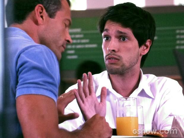 Luciano explica que não quer se meter em confusão (Foto: Amor à Vida/TV Globo)
