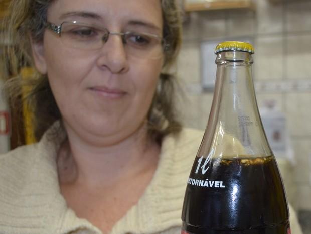 Érica encontrou abelha dentro de garrafa fechada de coca-cola (Foto: Thomaz Fernandes / G1)