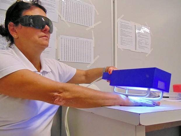 Fototerapia pode ser feita no ambulatório da unidade; são três aparelhos disponíveis (Foto: Hospital Regional/Divulgação)