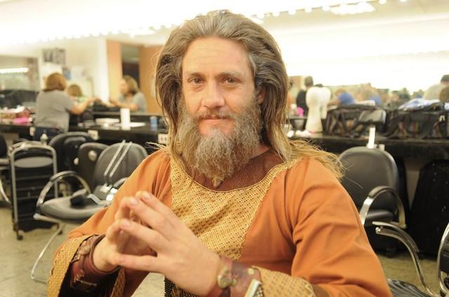 Leonardo Miggiorin caracterizado para o último capítulo de 'A Terra Prometida' (Foto:  Munir Chatack/ Record TV)