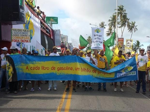 Manifestantes exibem cartaz contra preços altos e corrupção (Foto: Lucas Leite/G1)