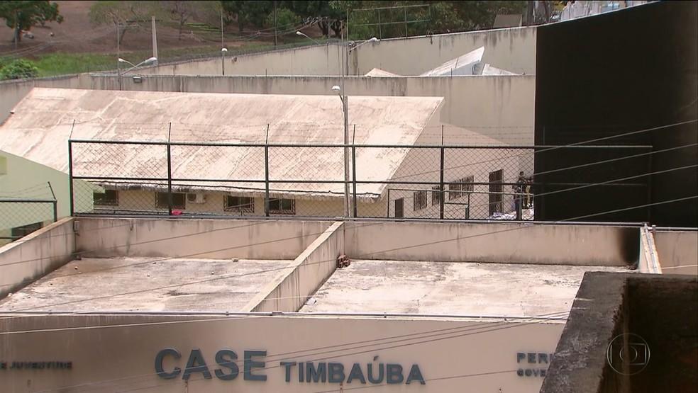 Cinco adolescentes fugiram da unidade da Funase em Timbaúba horas após dupla de internos ser recapturada (Foto: Reprodução/TV Globo)