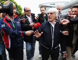 Ecclestone na saída da reunião com as equipes (Foto: Getty Images)