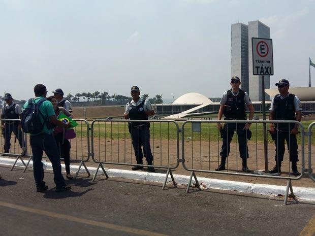 Grades e cordão policial isolam acesso ao gramado do Congresso Nacional (Foto: Isabella Calzolari/G1)