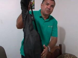 Osvaldino diz que precisa revirar todos os dias os móveis de casa (Foto: Reprodução/TV Sudoeste)